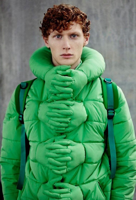 doudoune verte fashion enveloppee de mains