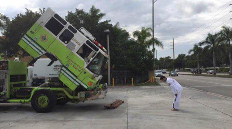 fun karateka vs camion