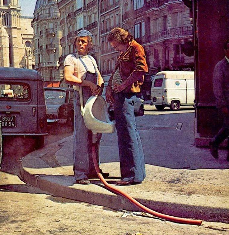 pissotiere humain dans la rue