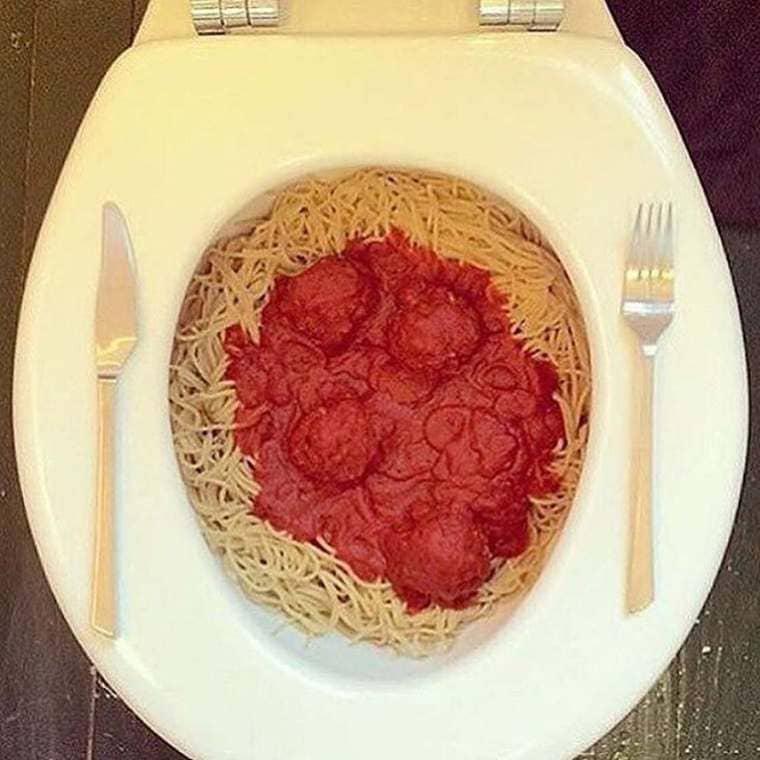 toilettes spaghetti bolognaise