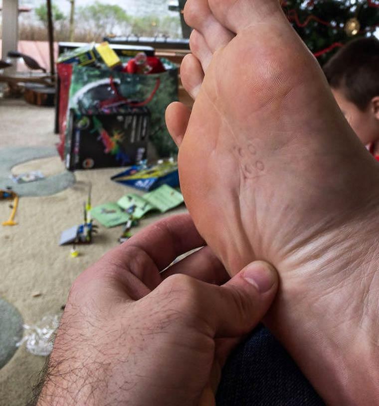 torture marque du lego sous le pied