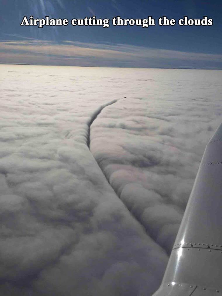 un avion coupe un nuage